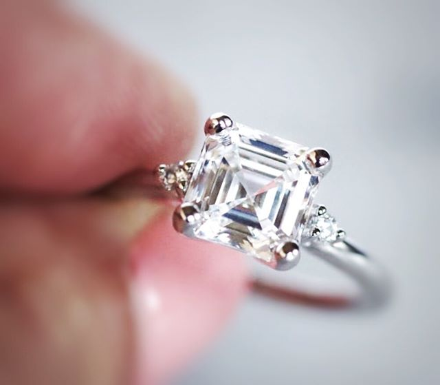 Asscher cut diamond and two brilliant cut diamonds side stones, all set in platinum❤️
