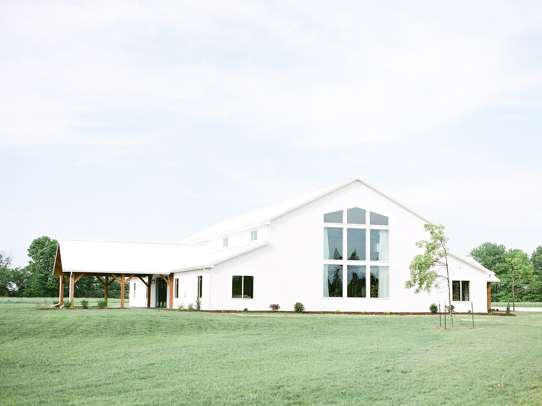 Textural Organic Wedding in All White Venue by Kelsi Kliethermes Wedding Photographer - Missouri, Midwest, and Destinations_0001.jpg