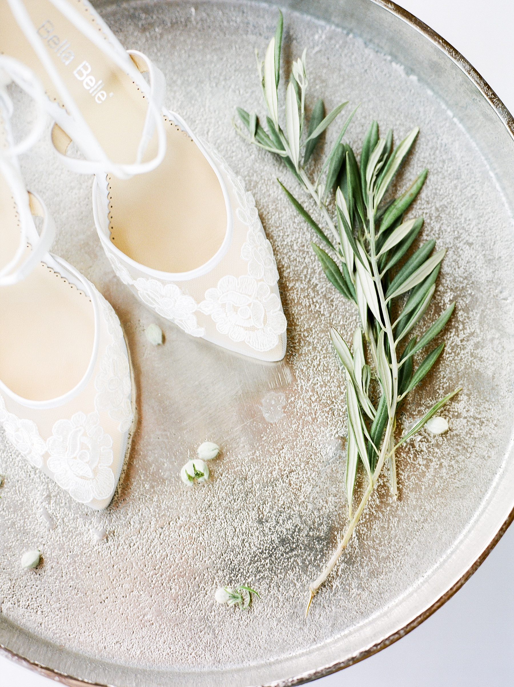 Textural Organic Wedding in All White Venue by Kelsi Kliethermes Wedding Photographer - Missouri, Midwest, and Destinations_0018.jpg