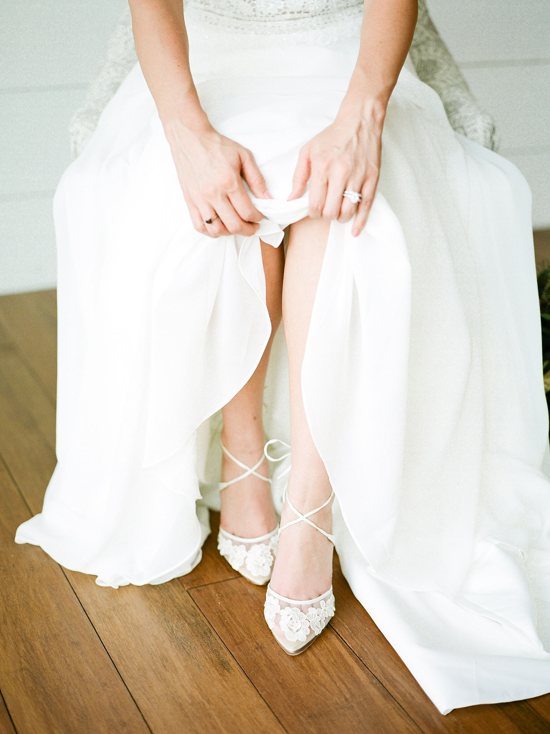 Textural Organic Wedding in All White Venue by Kelsi Kliethermes Wedding Photographer - Missouri, Midwest, and Destinations_0026.jpg