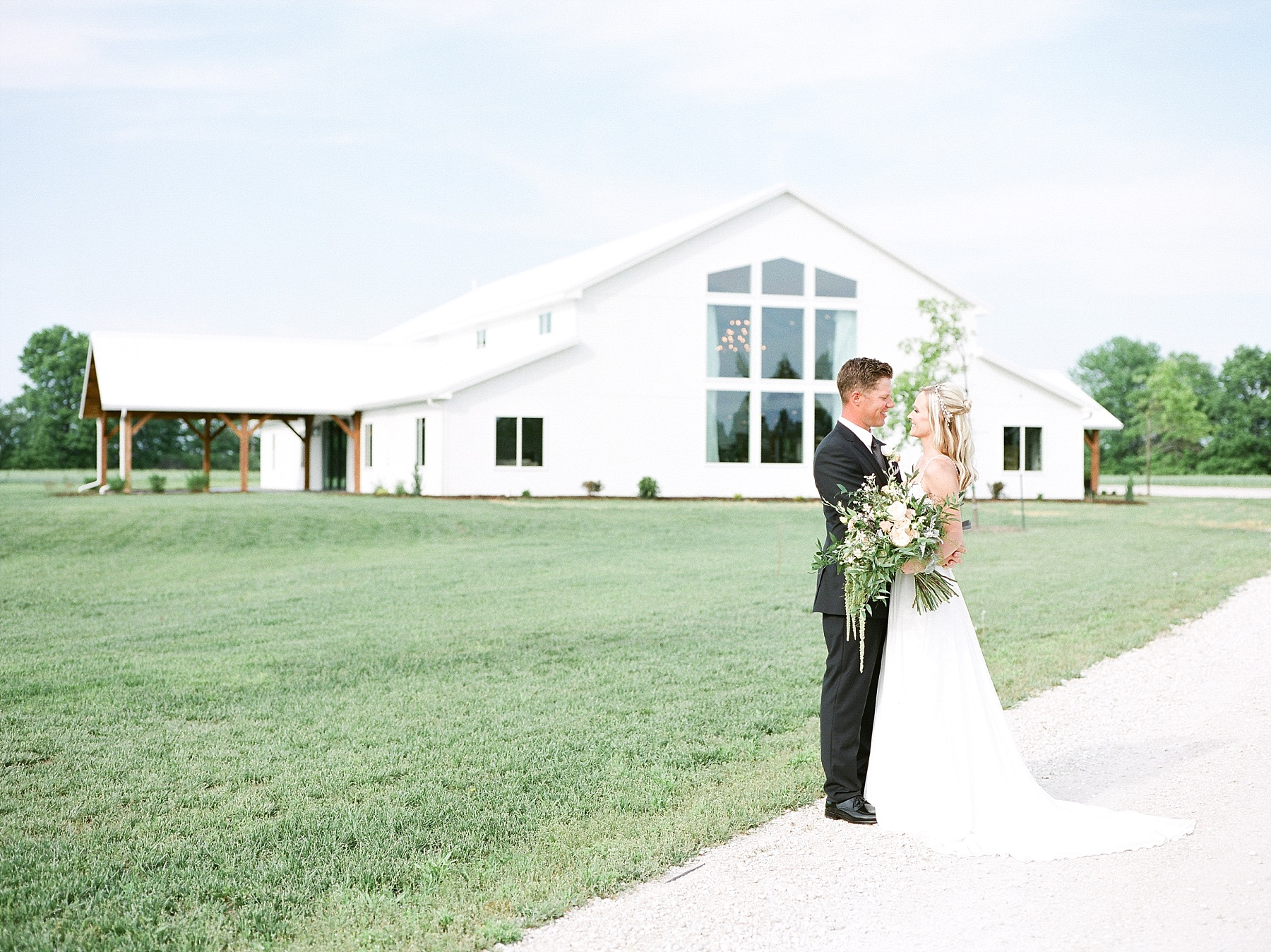 Textural Organic Wedding in All White Venue by Kelsi Kliethermes Wedding Photographer - Missouri, Midwest, and Destinations_0056.jpg