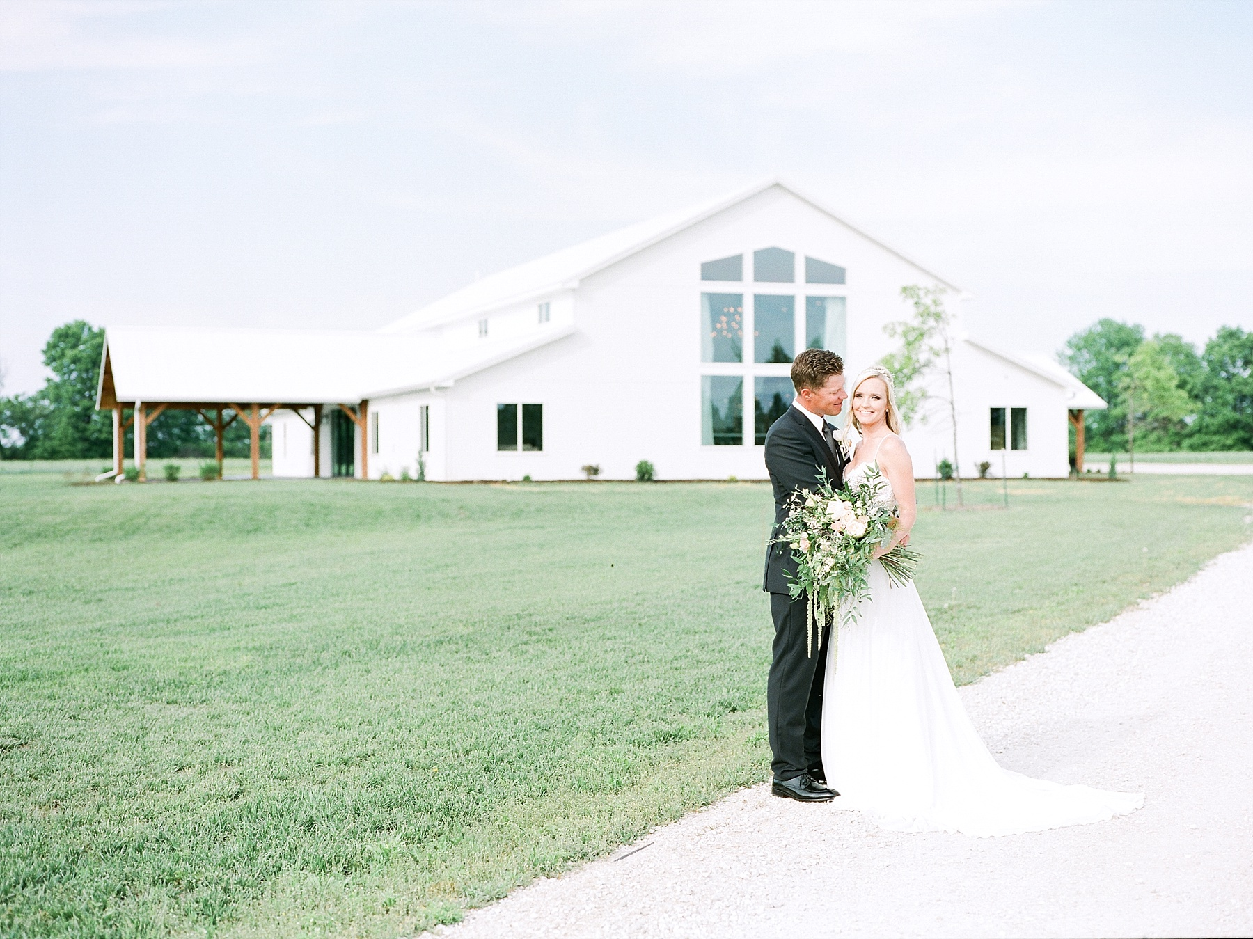 Textural Organic Wedding in All White Venue by Kelsi Kliethermes Wedding Photographer - Missouri, Midwest, and Destinations_0057.jpg