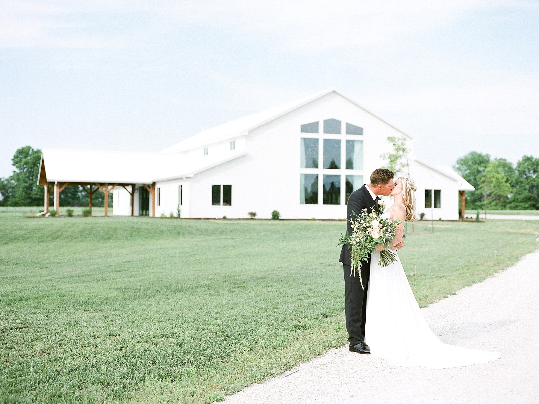 Textural Organic Wedding in All White Venue by Kelsi Kliethermes Wedding Photographer - Missouri, Midwest, and Destinations_0058.jpg