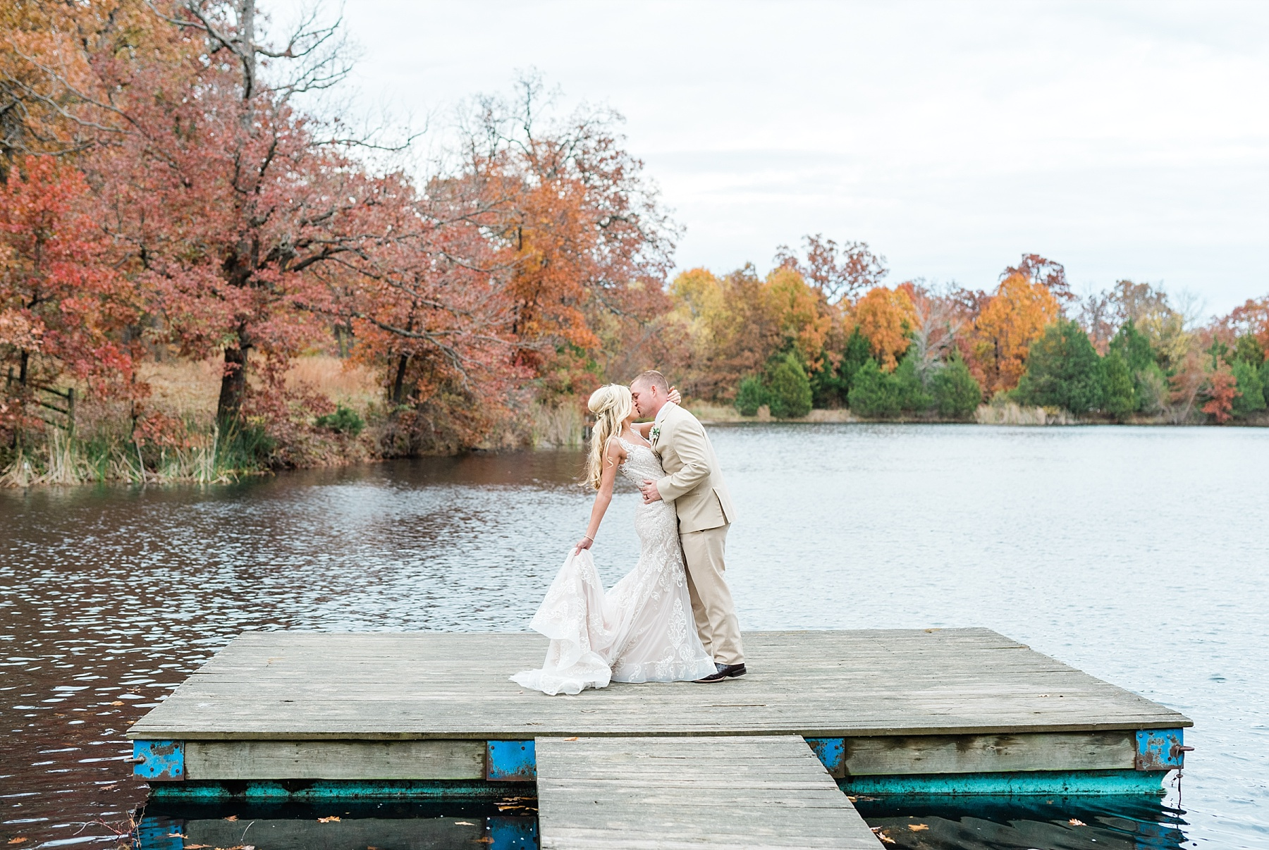 Lakeside Wedding in Fall at Mighty Oak Lodge by Misouri Wedding Photographer Kelsi Kliethermes Photography_0005.jpg