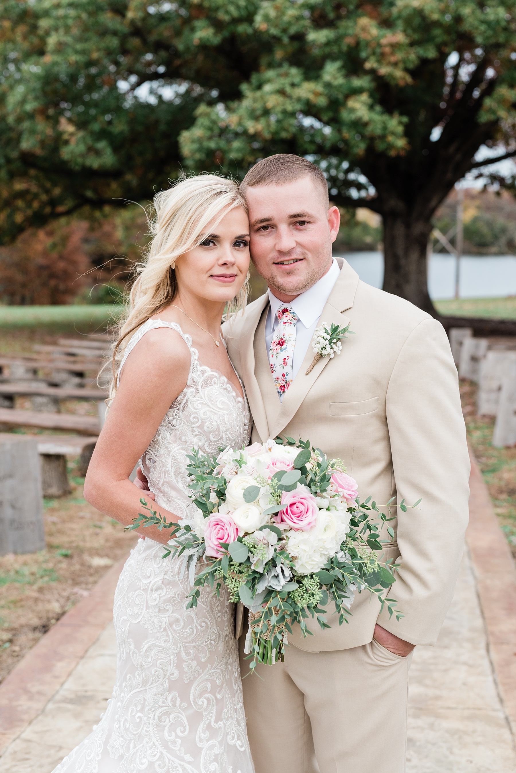 Lakeside Wedding in Fall at Mighty Oak Lodge by Misouri Wedding Photographer Kelsi Kliethermes Photography_0029.jpg