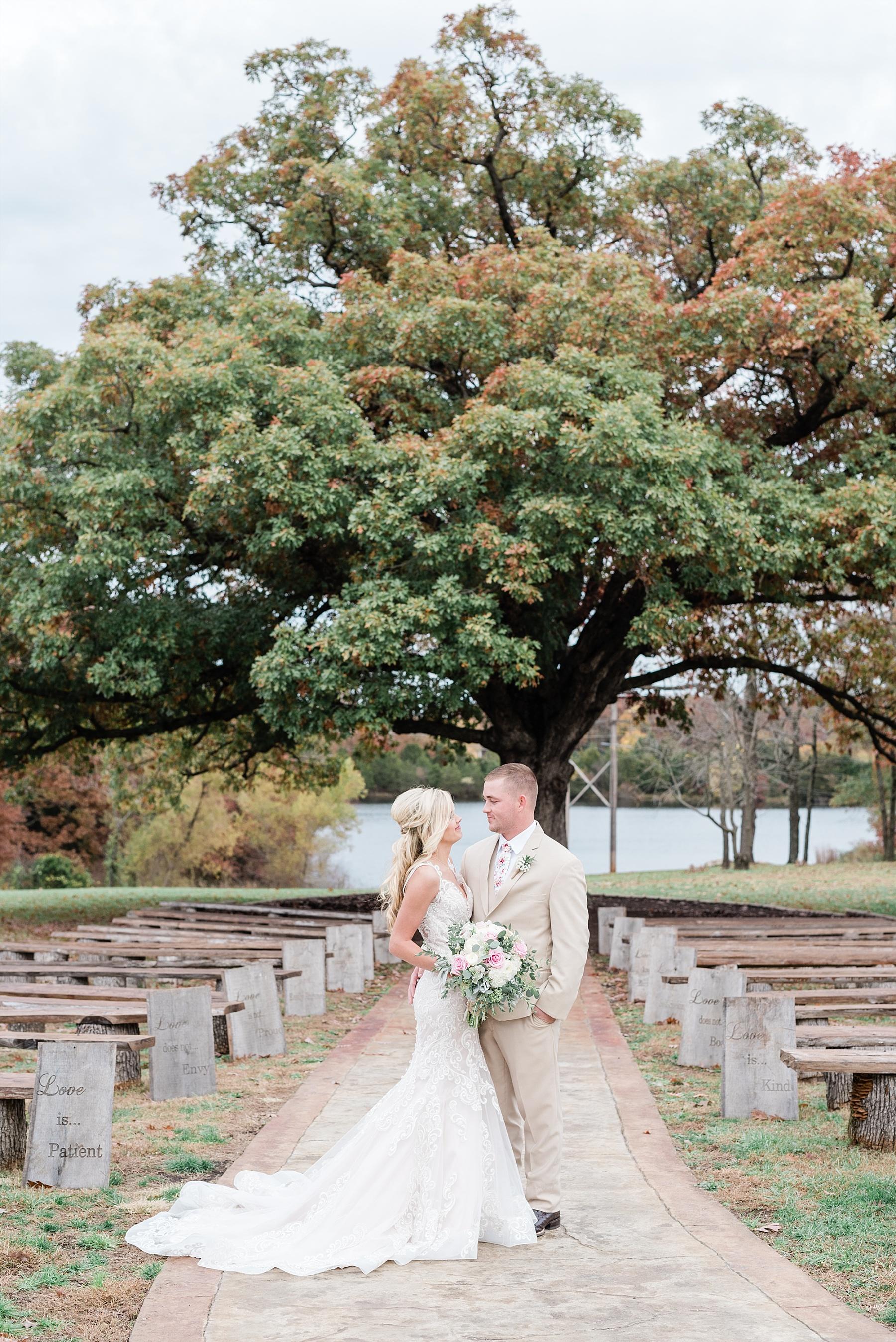 Lakeside Wedding in Fall at Mighty Oak Lodge by Misouri Wedding Photographer Kelsi Kliethermes Photography_0039.jpg