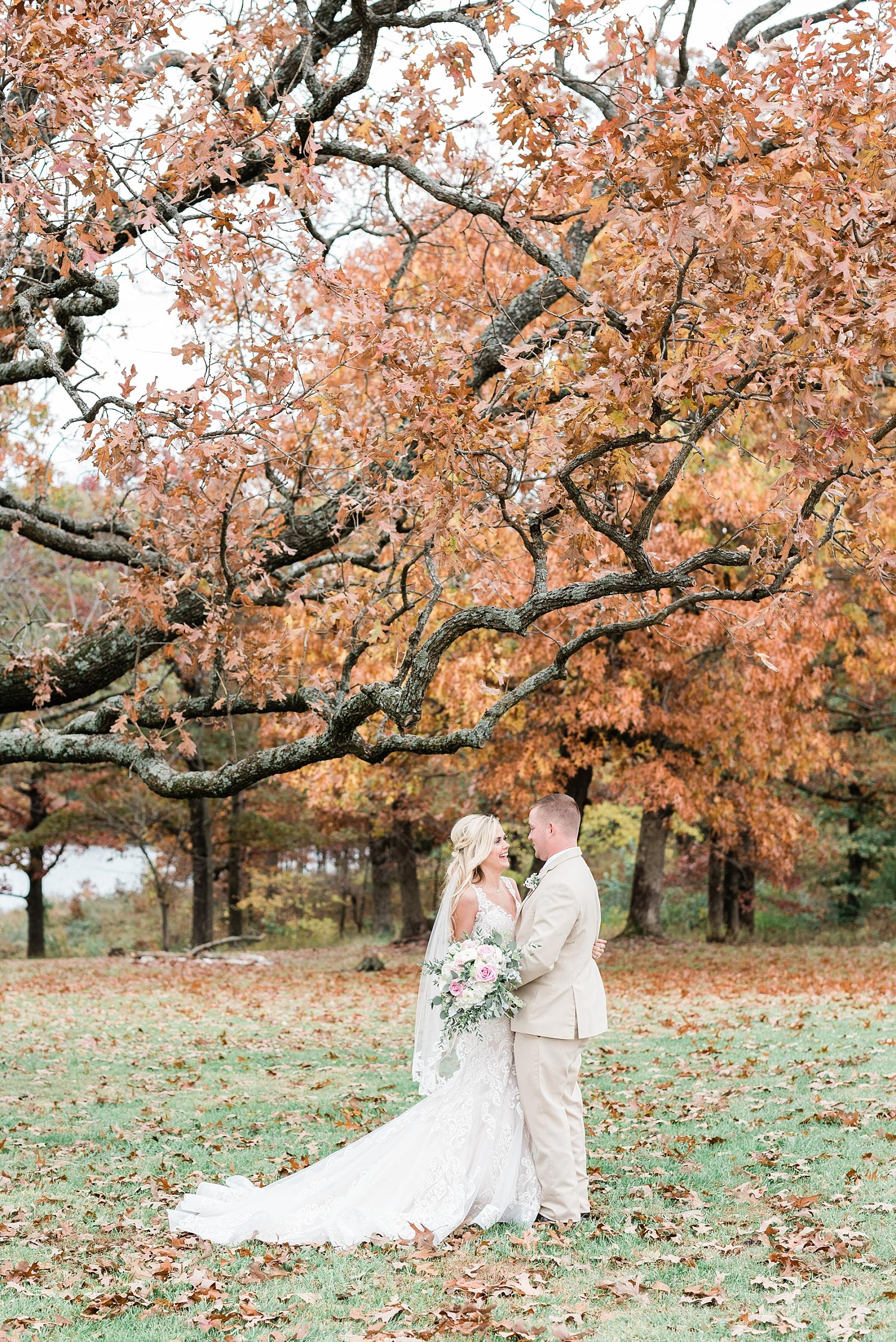Lakeside Wedding in Fall at Mighty Oak Lodge by Misouri Wedding Photographer Kelsi Kliethermes Photography_0040.jpg