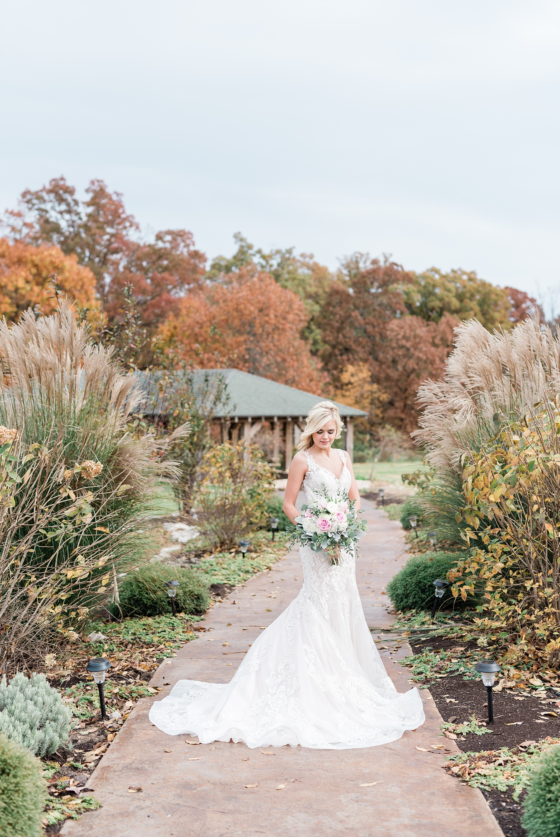 Lakeside Wedding in Fall at Mighty Oak Lodge by Misouri Wedding Photographer Kelsi Kliethermes Photography_0044.jpg