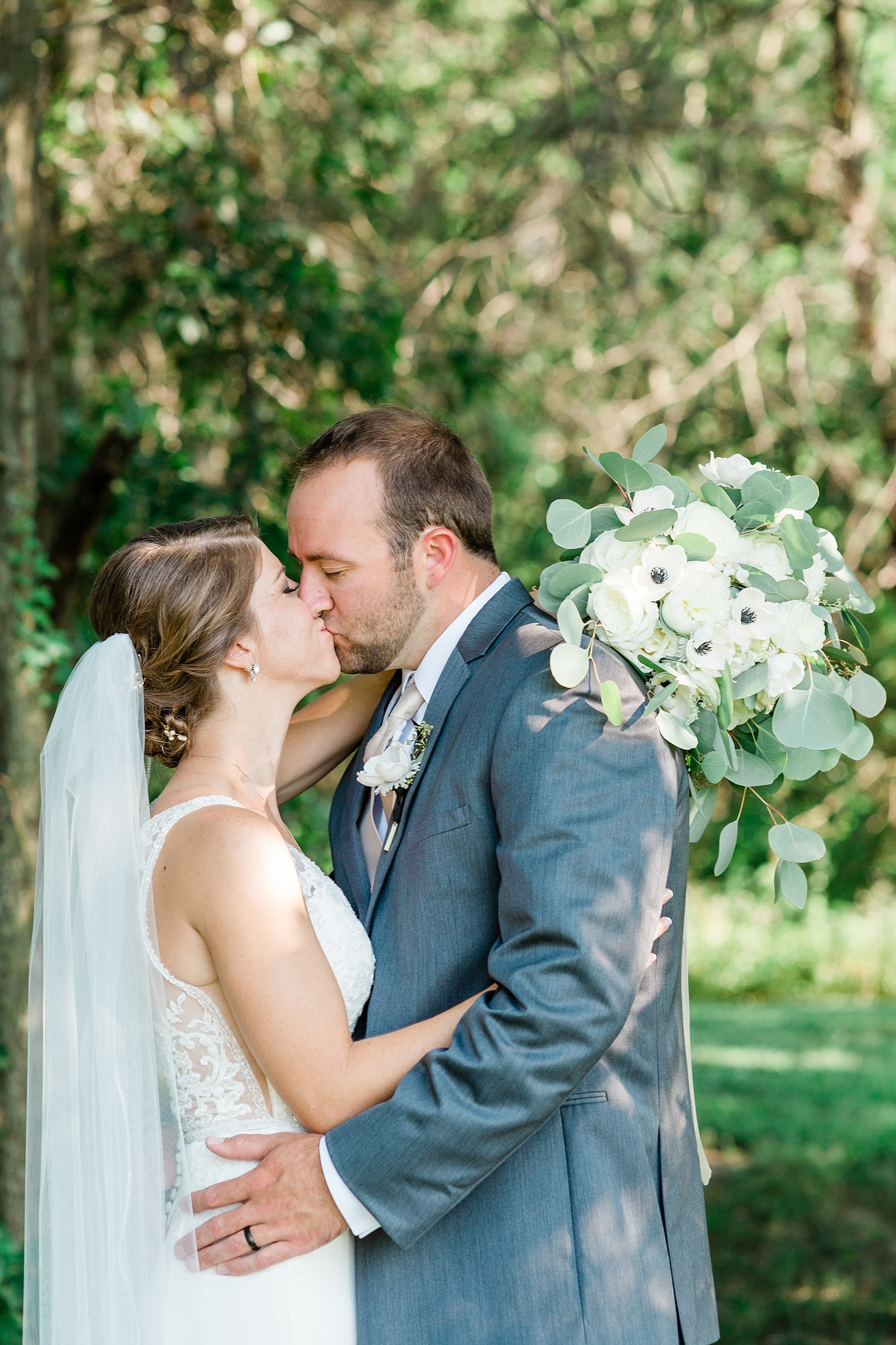 Wedding Ceremony with Confetti Pop at Emerson Fields Venue by Associate Wedding Photographer for Kelsi Kliethermes Photography Best Columbia Missouri and Maui Hawaii Wedding Photographer_0054.jpg