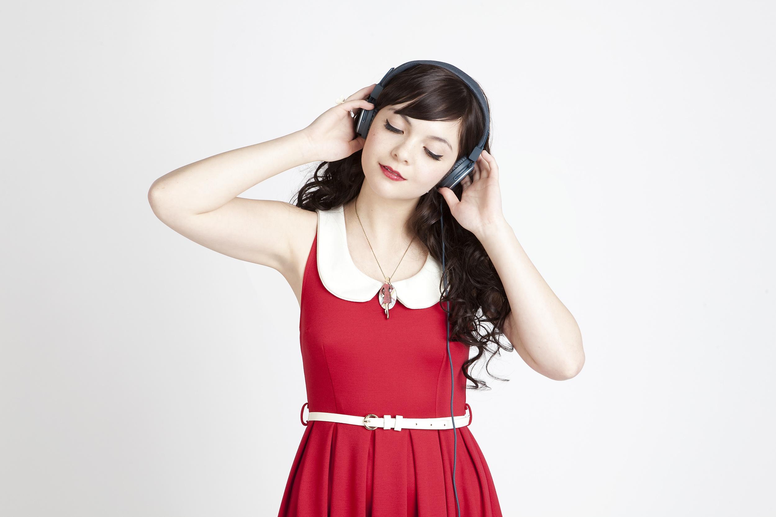 MC_lily_headphones.jpg