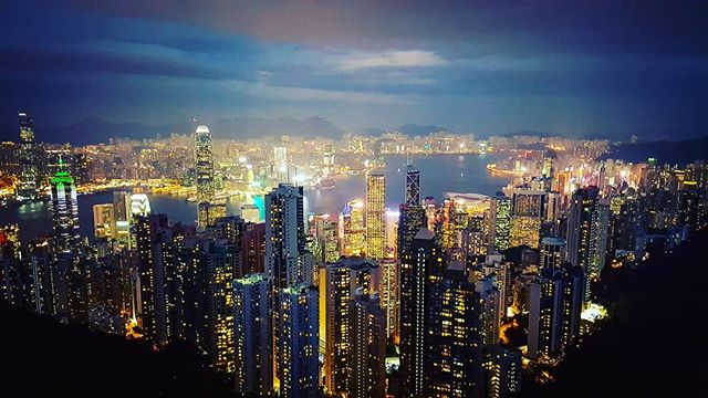 Hongkong by night #jesperjustesen #pictureoftheday #photography #hongkong #skyscraper #love #sky