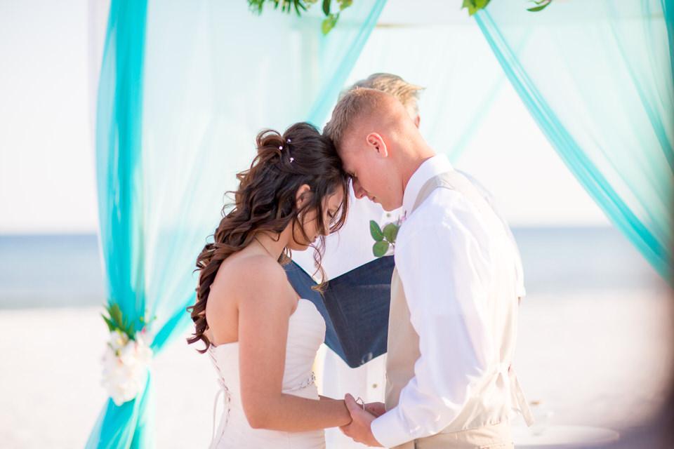 groom and bride praying