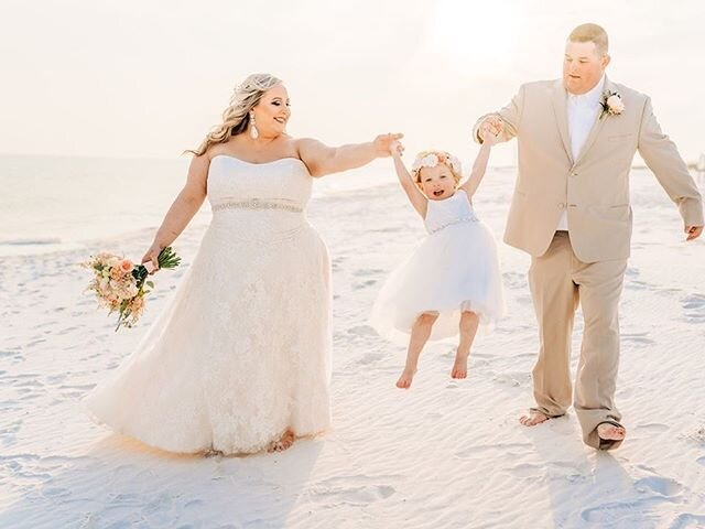 甜蜜的时刻#beachwedding #pensacolaweddingplanner #floridaweddings