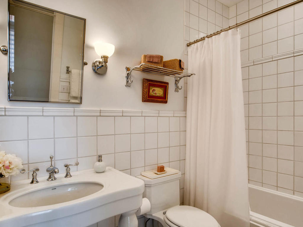 531 S 10th St Minneapolis MN-MLS_Size-028-21-2nd Floor Bathroom-1024x768-72dpi.jpg