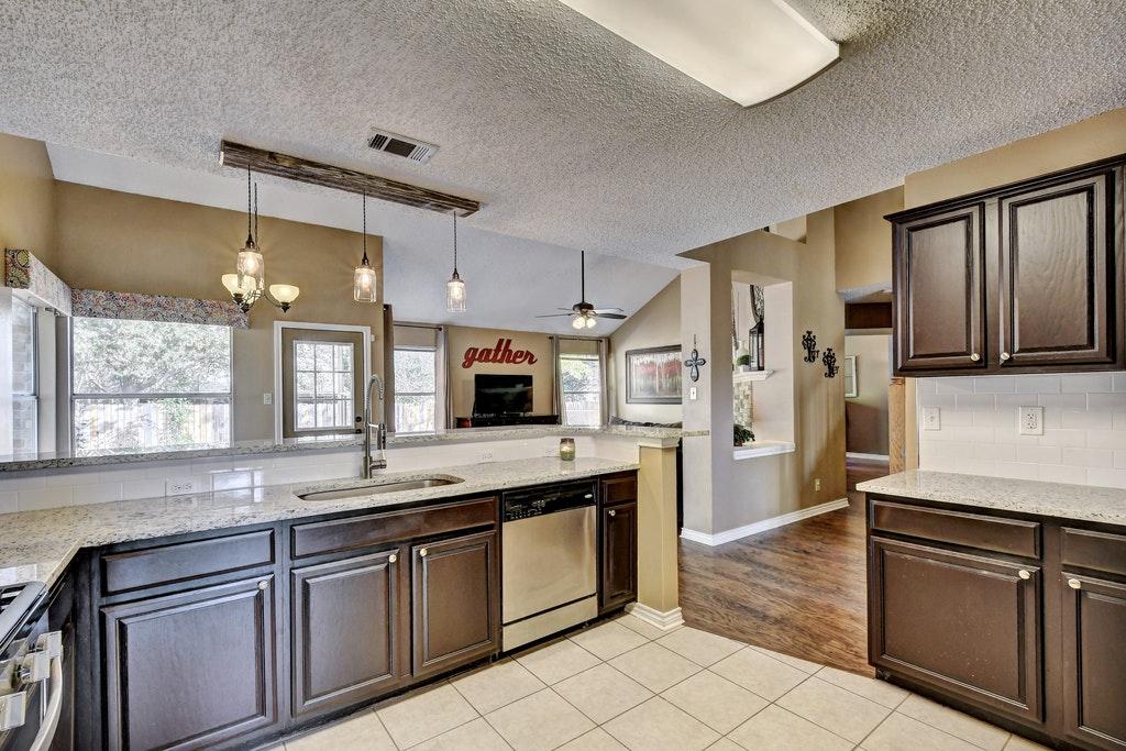014-255095-Kitchen and Breakfast 905_5825303.jpg
