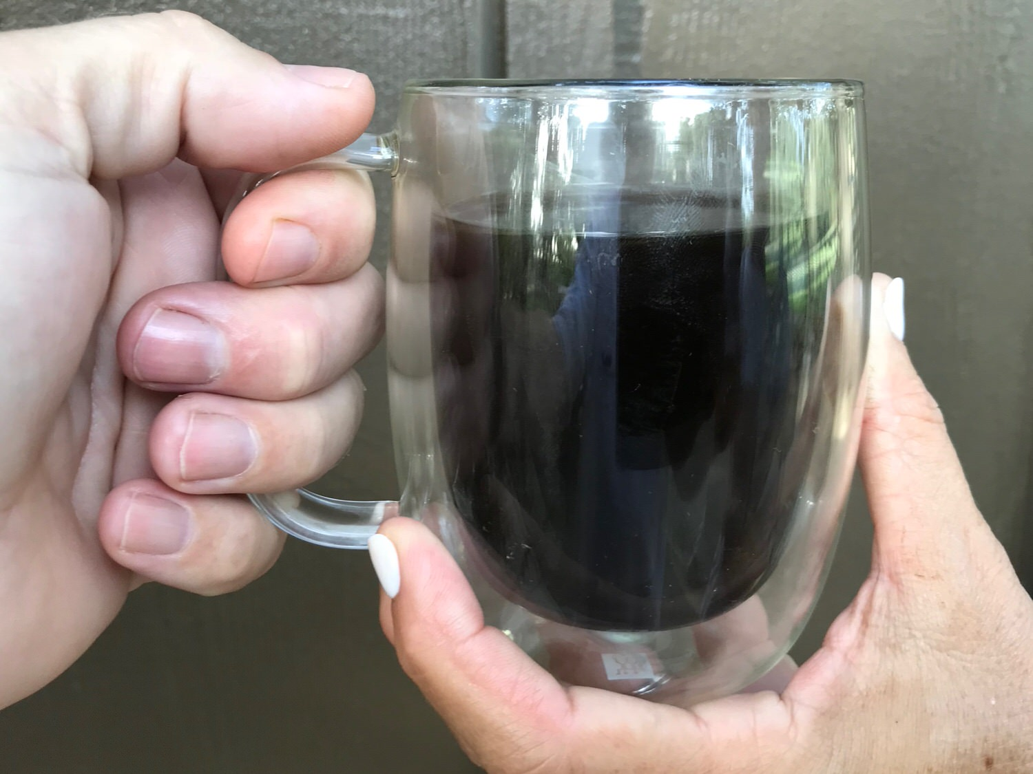 The double wall insulated glass on the ZWILLING J.A. Henckels 12 oz coffee mug is cool to the touch