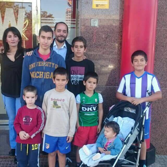 Luis y Rocío viven en Zarandona junto a sus seis hijos y una hija, y el octavo viene ya en camino.