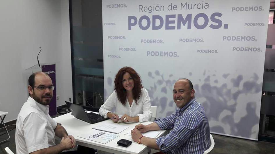 Alfonso Galdón Ruiz (d), Presidente regional del Foro, Mª Ángeles García Navarro, Diputada de Podemos en la Asamblea Regional,y Fernando Sánchez Lara (i), Secretario General del Foro en la región.