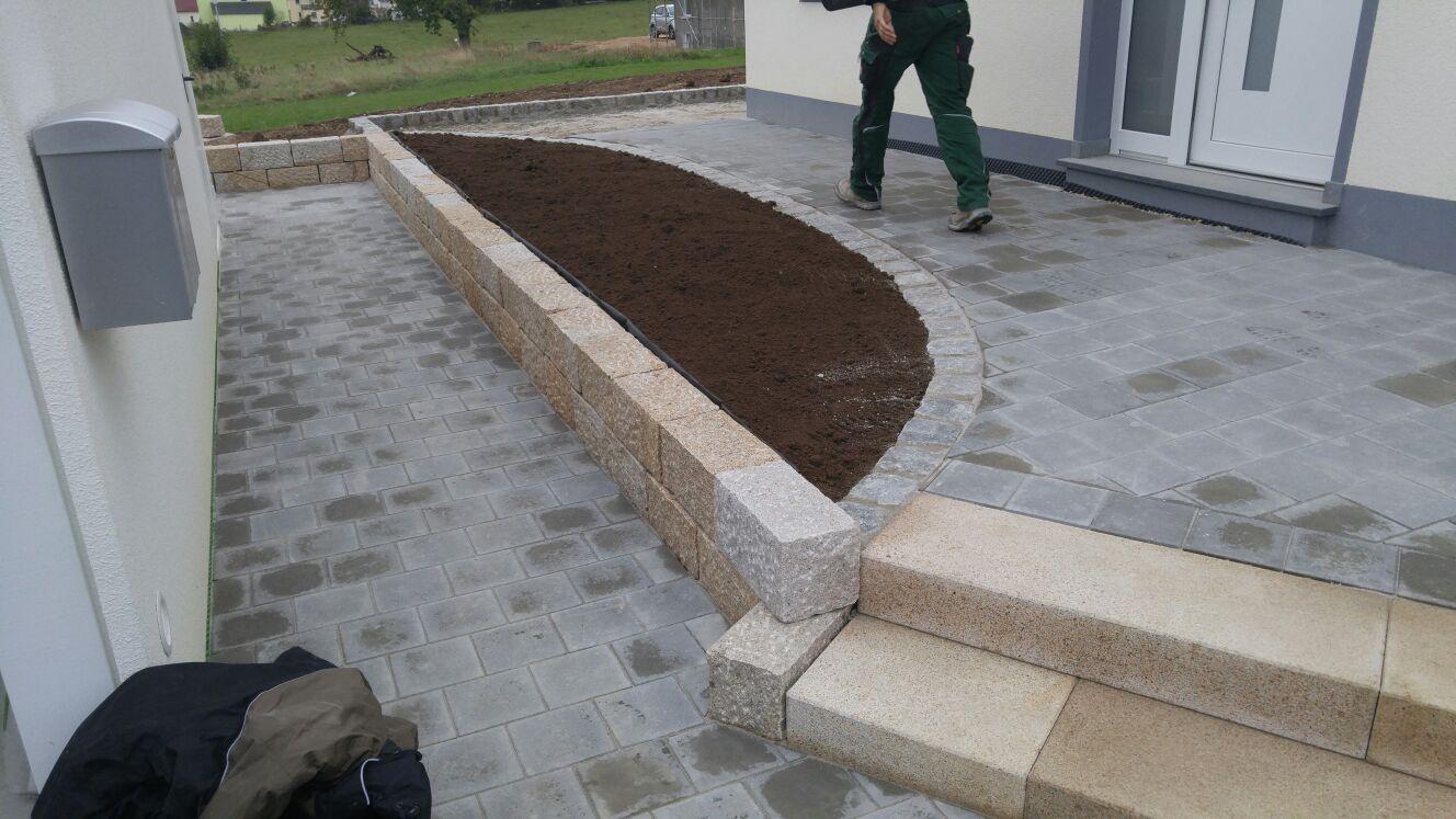 Gehweg und Beet vor der Haustüre sind schon fertig, der Landschaftsgärtner-Meister läuft noch über sein Werk!