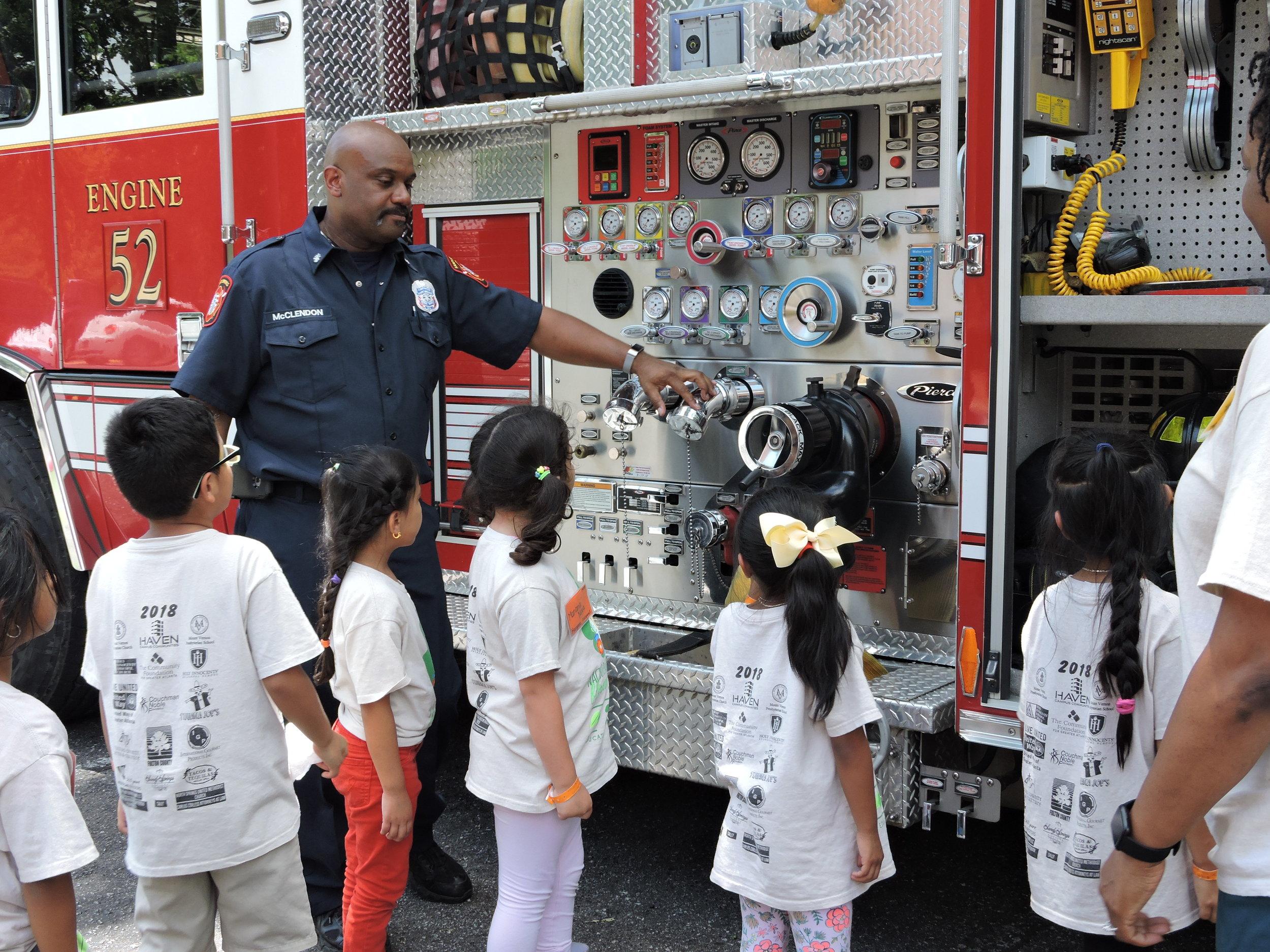 ¡Gracias al  Departamento de Bomberos de Sandy Springs  por hablarnos sobre seguridad contra incendios y enseñarnos cómo funciona su equipo!