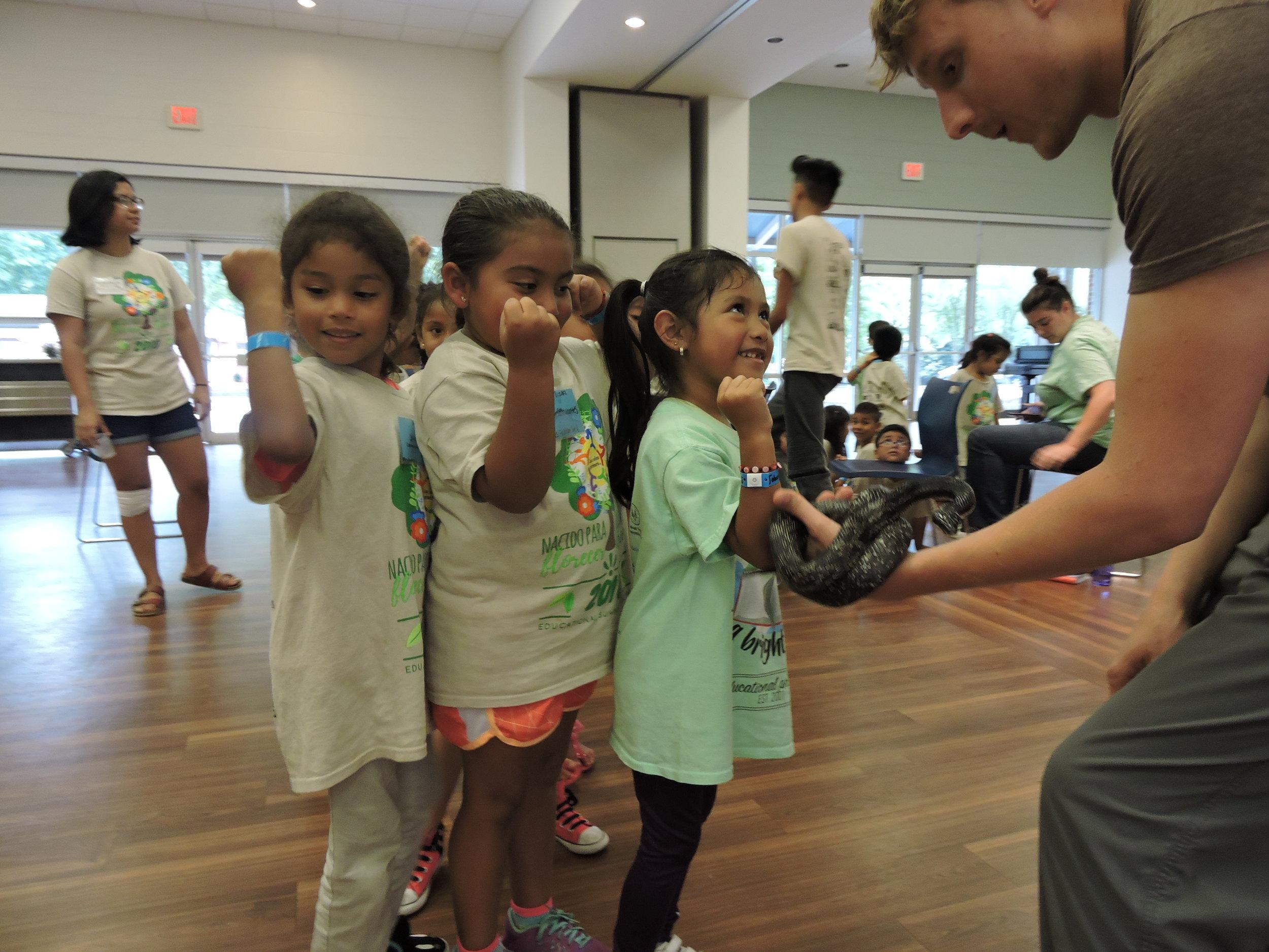 ¡Nuestros estudiantes aprendieron sobre reptiles y aves gracias a nuestro  Naturalista del Chattahoochee!