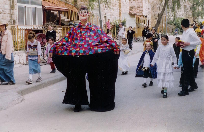 Children in costume carrying mishloach manot on the Purim holiday.    YONINAH/WIKIMEDIA COMMONS