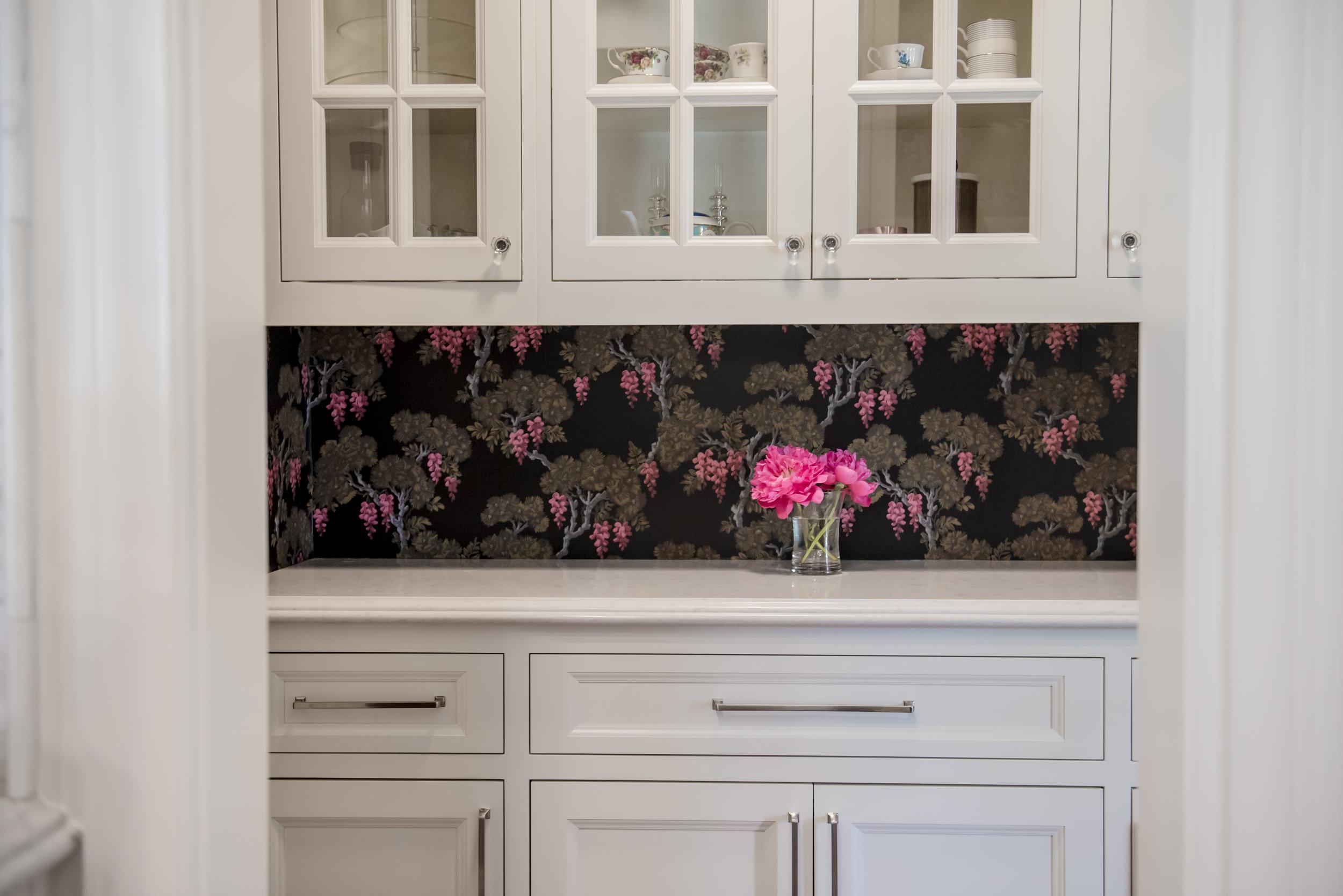 23+Butlers+Pantry+Wallpaper+Glasscabinets+Floral+Black+Bold (2).jpg