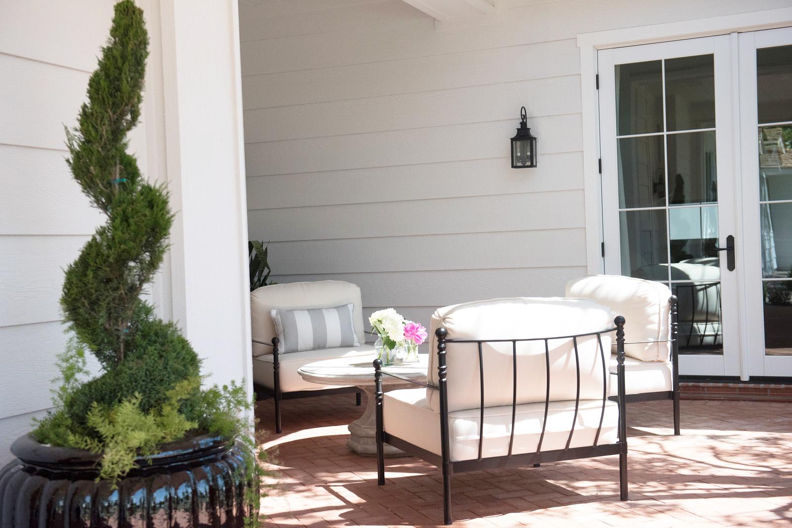 75_Courtyard+Chairs+Lounge+Topiary+Blackandwhite.jpg