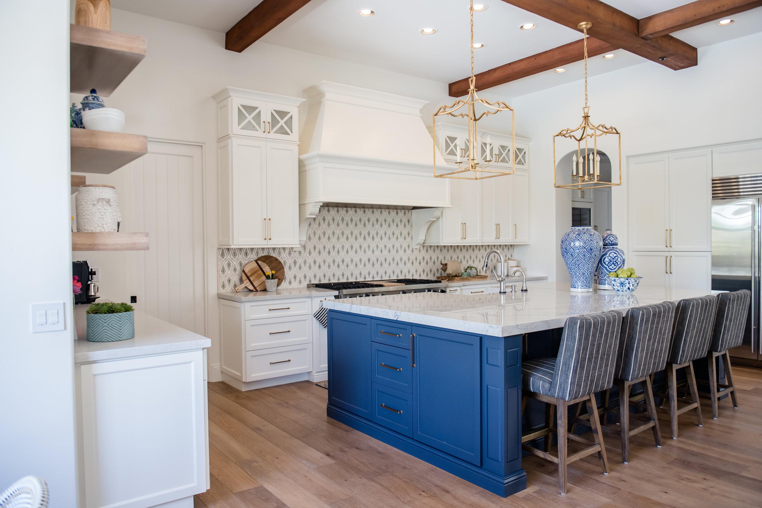 23+kitchen+hood+pots+stripedstools+navyblueisland+backsplashtile+openshelves+pendants+brasslighting.jpg