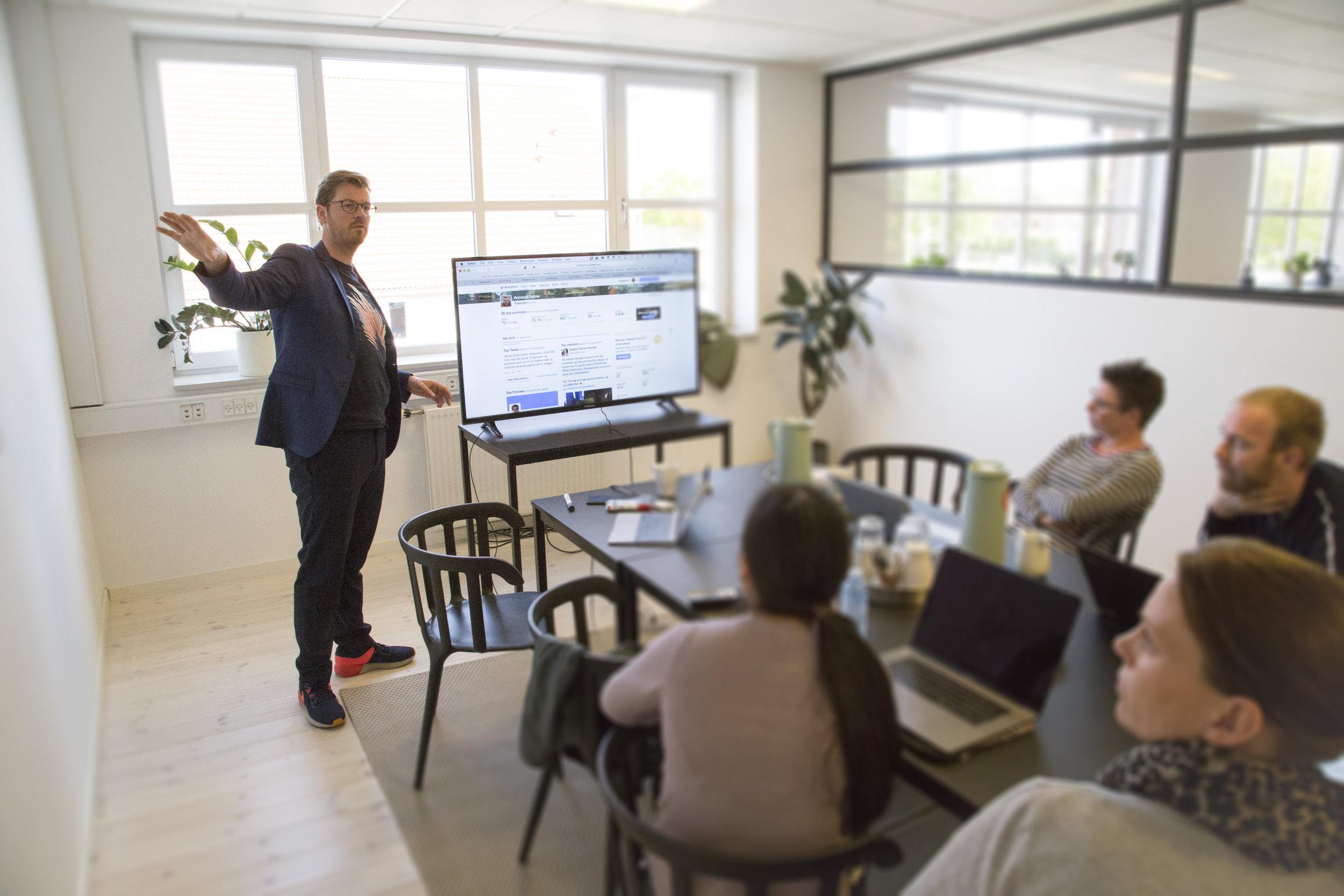 Workshop - EN WORKSHOP KAN SÆTTE SKUB I ET PROJEKT OG GØRE IDÉ TIL VIRKLIGHED. Vi har gennem flere år og med afsæt i digitalisering og den digitale transformation leveret workshops i både ind- og udland med afsæt i digitalisering og den digitale transformation. Med en workshop får du mulighed for at arbejde i dybden med løsningen af en specifik opgave. Formålet med en workshop er at få udvekslet meninger, interesser, holdninger og synspunkter, som ikke nødvendigvis skal munde ud i, at alle er enige. Det vigtigste formål med workshoppen er at deltagerne er aktive. Mange gange indgår workshops naturligt i vores arbejde med virksomhederne, fordi det er en god måde at få medarbejderne engageret i projektet på. Vi er også facilitatorer på SPRINT:DIGITAL, hvor vi gennem et intensivt workshopforløb udvikler en digital idé til prototype. LÆS OM SPRINT:DIGITAL HERSe eksempler på workshops her: KLIK HER