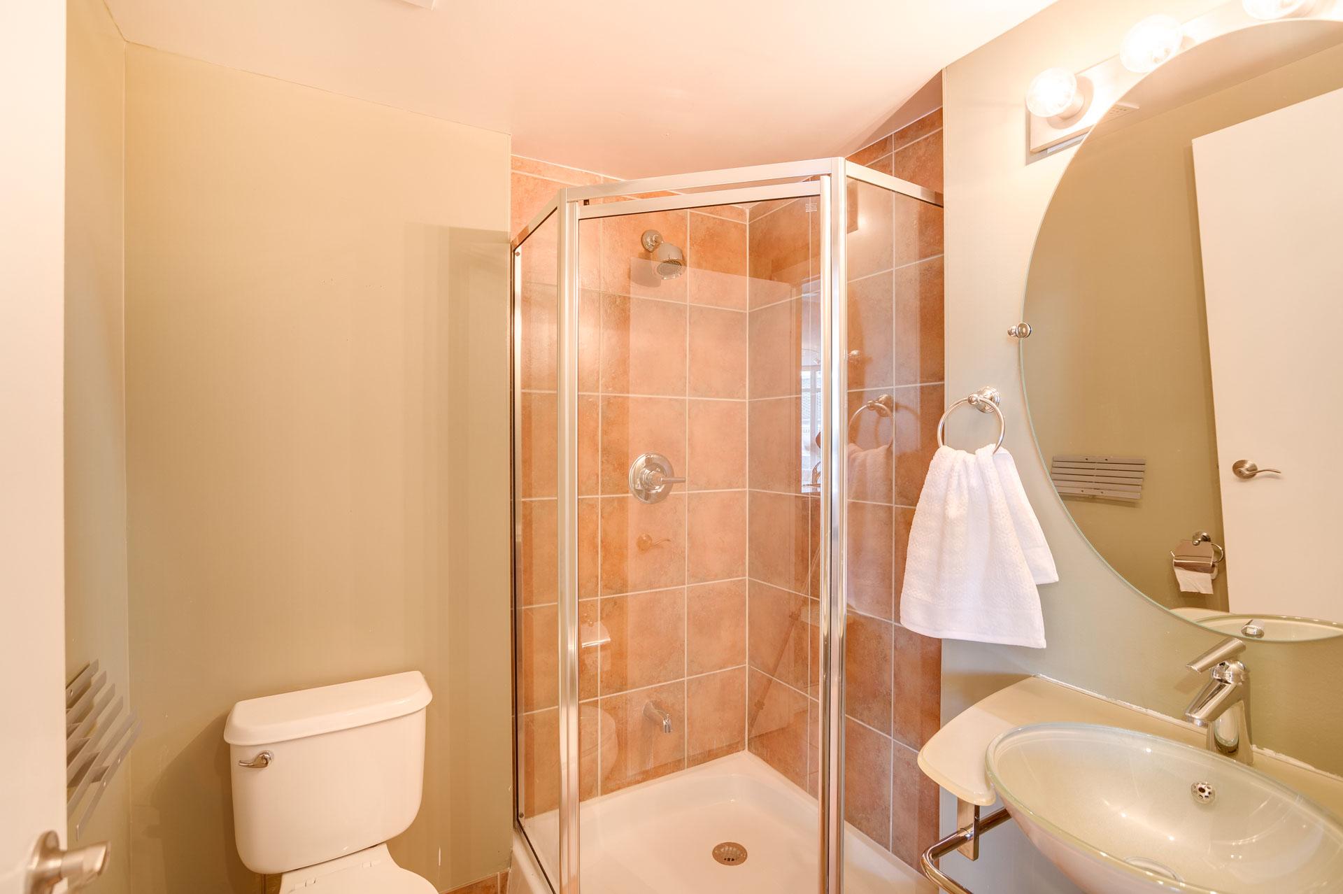 23_1stbathroom11.jpg