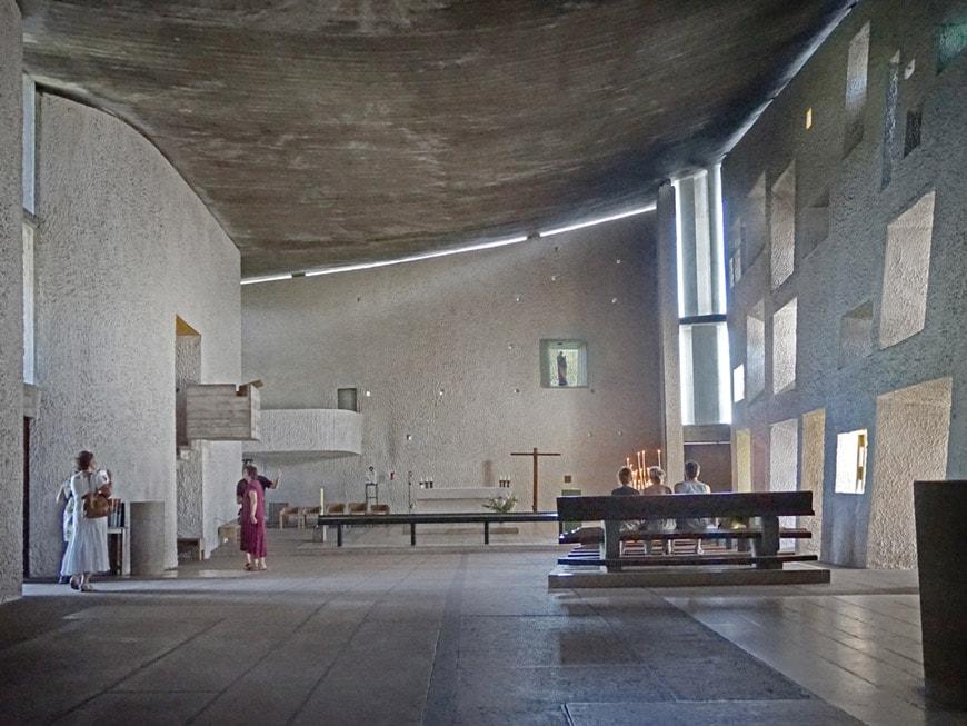 Le-Corbusier-Notre-Dame-du-Haut-Ronchamp-Chapel-interior-1.jpg