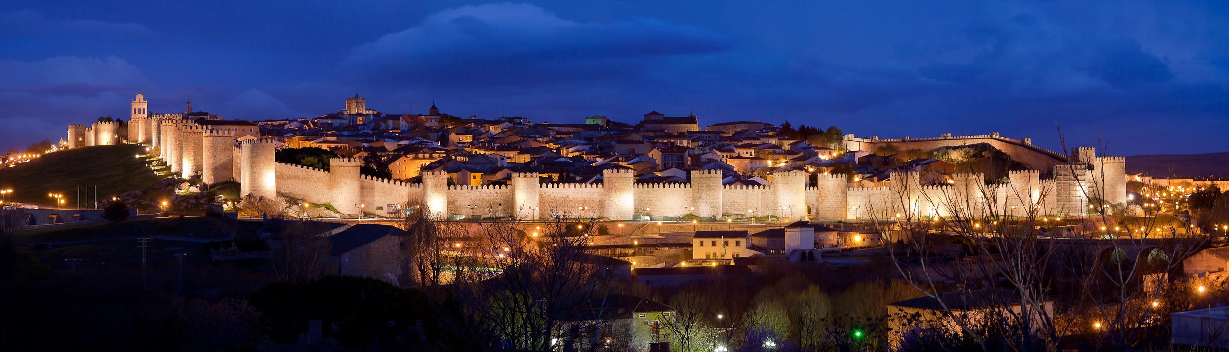 Panoramica_nocturna_de_la_Ciudad_de_Ávila.jpg