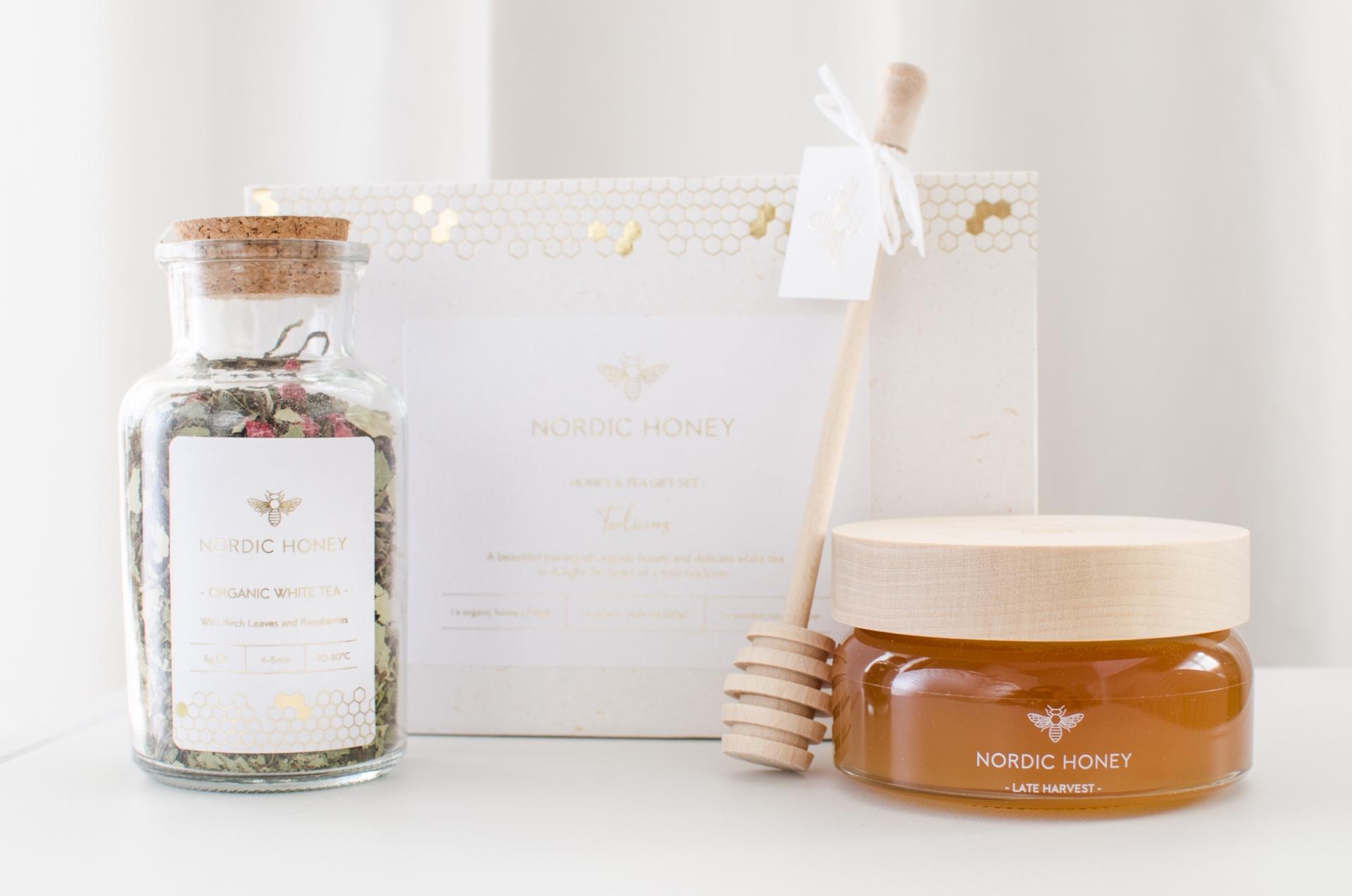 Nordic Honey_mee ja tee kinkekomplekt_mahemee ja mahe valge tee kaselehtede ja vaarikatega_kinkemesi puidust  kaanega_firmakingitused jõuludeks