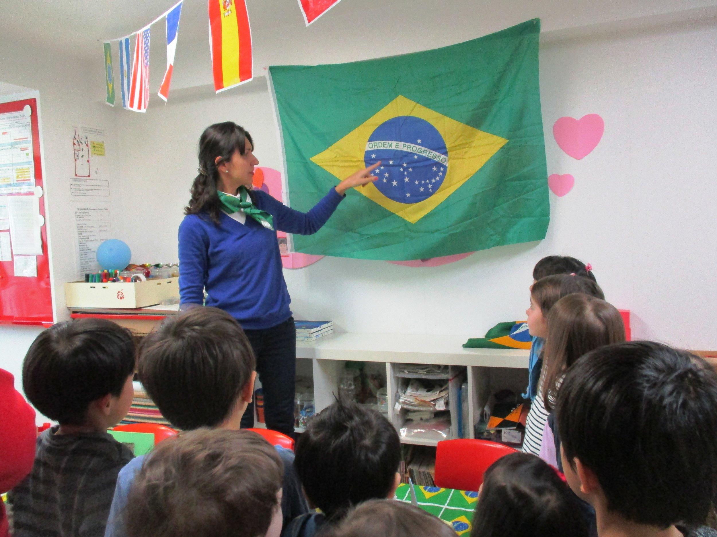 Marilia, as she explains to us about the Brazilian flag.
