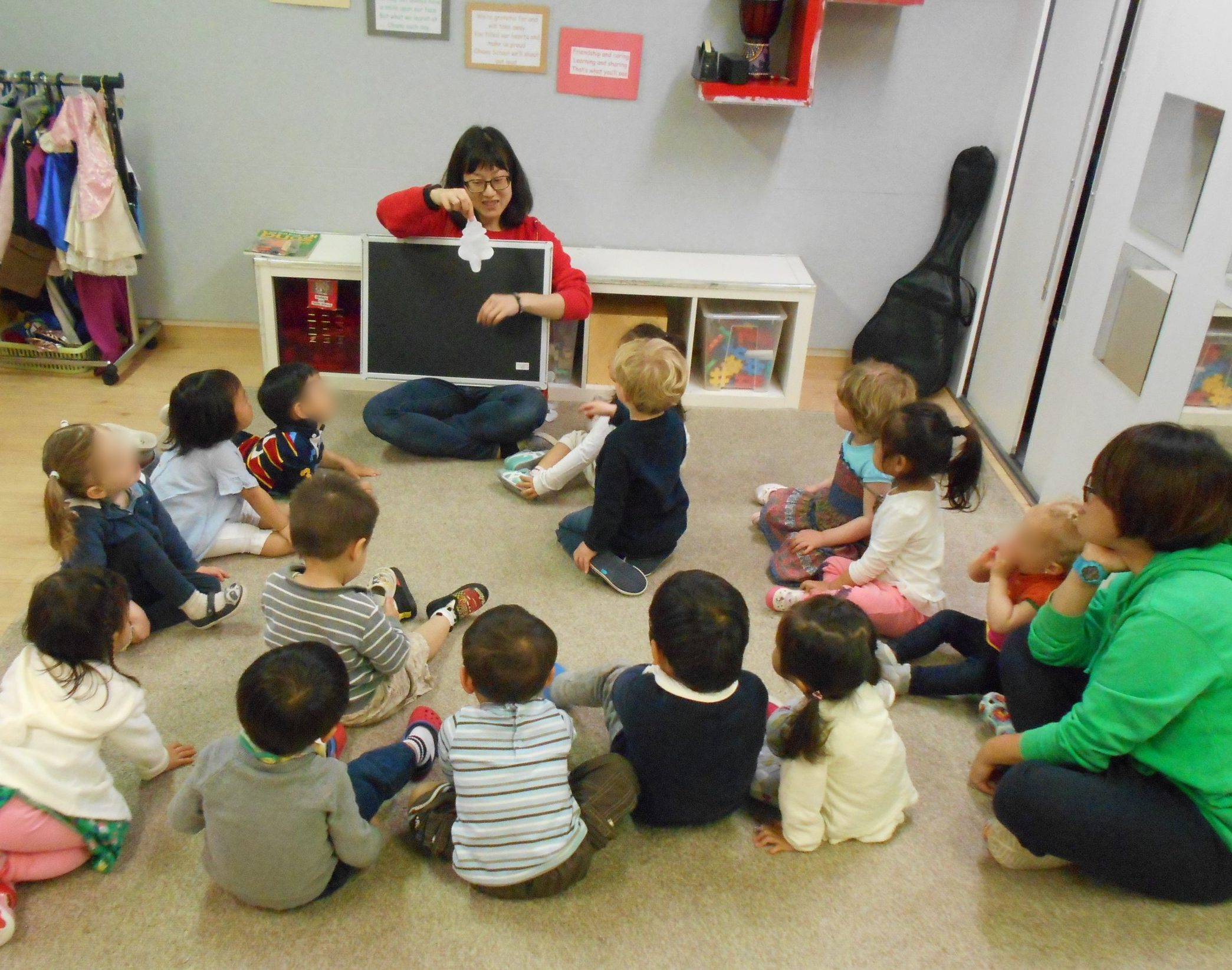 Chiaki led us in talking about the ladybug and asking us to guess what the paper cut-outs were.
