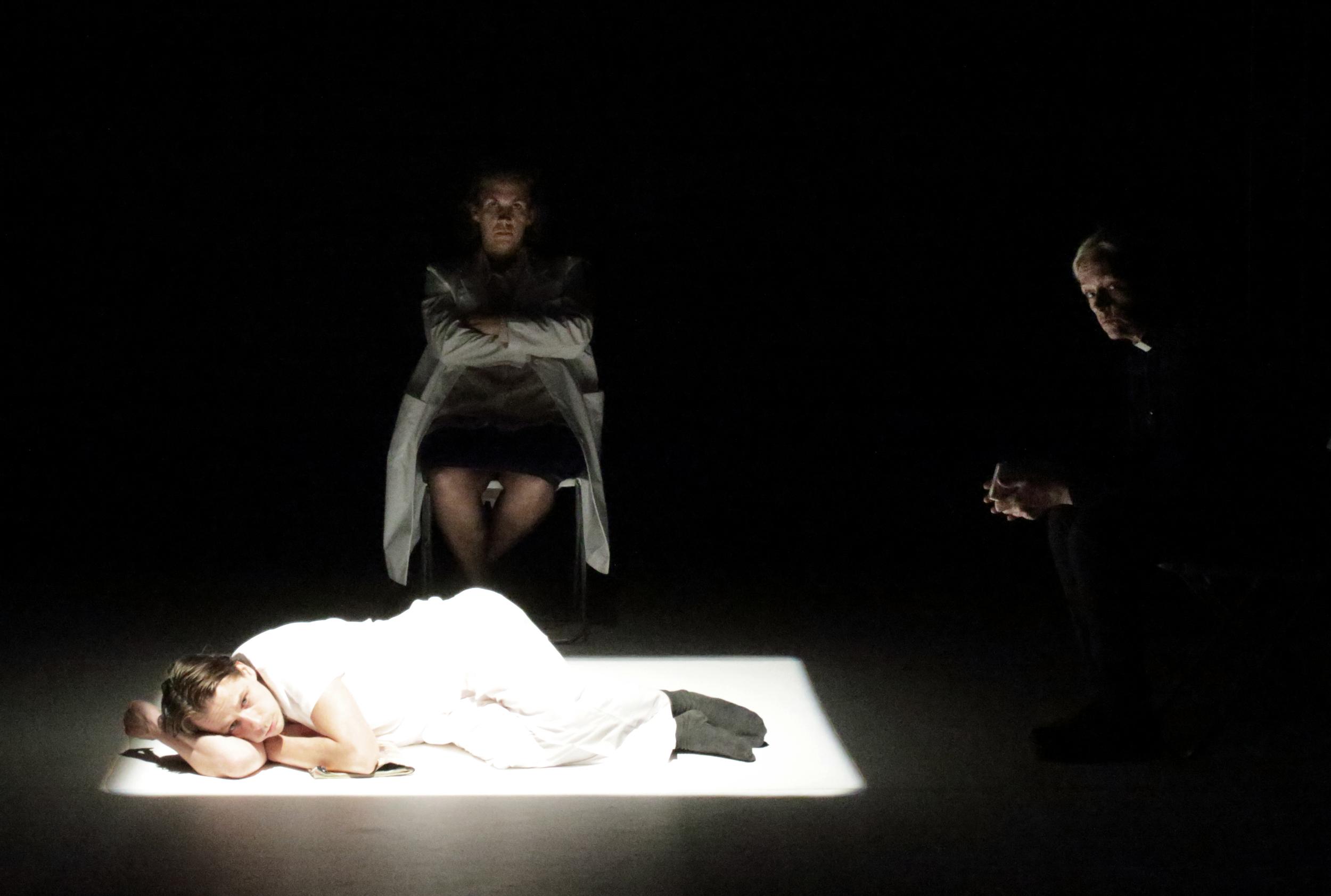 Pressbild Lodjuret:Fotograf Youlian Tabakov: Golvet Peter Viitanen, stol mitten Julia Marko-Nord, stol höger Chatarina Larsson3.JPG