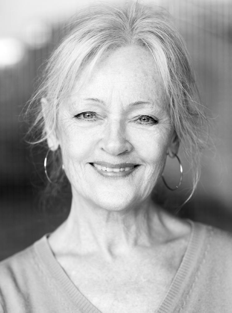 CHATARINA LARSSON scendebuterade på  Lisebergsteatern  1964 och utbildade sig sedan vid Kungliga Teaterns Balettelevskola och på  Scenskolan i Malmö . Chatarina har varit verksam som skådespelerska vid  Stockholms stadsteater ,  Skånska Teatern , där hon bl a spelade den för henne skrivna   Oda!- Saatans kvinna!!  , vilken hon också spelade i  Oslo , på  Riksteatern  samt för fulla hus på Stockholms stadsteater. Larsson är en av Sveriges ledande pedagoger inom scenframställning och är flitigt anlitad, bl a av  Teaterhögskolan  i  Stockholm . I TV har Chatarina synts bl a i   Kommissionen   .  Hon har regisserat bland annat  Älska mig och skriv  på Musikteatergruppen Oktober,  Spindelkvinnans kyss  i  Skövde  och  Ett vackert barn  på Riksteatern. I februari 2009 gestaltade hon återigen konstnärinnan  Oda Krohg  i en nyuppsättning av  Oda! - Saatans kvinna!! , på Hipp på Malmö stadsteater. 2014 medverkade hon senast på Teater Giljotin, då i  I Lodjurets timma .  Foto: Matilda Rahm.