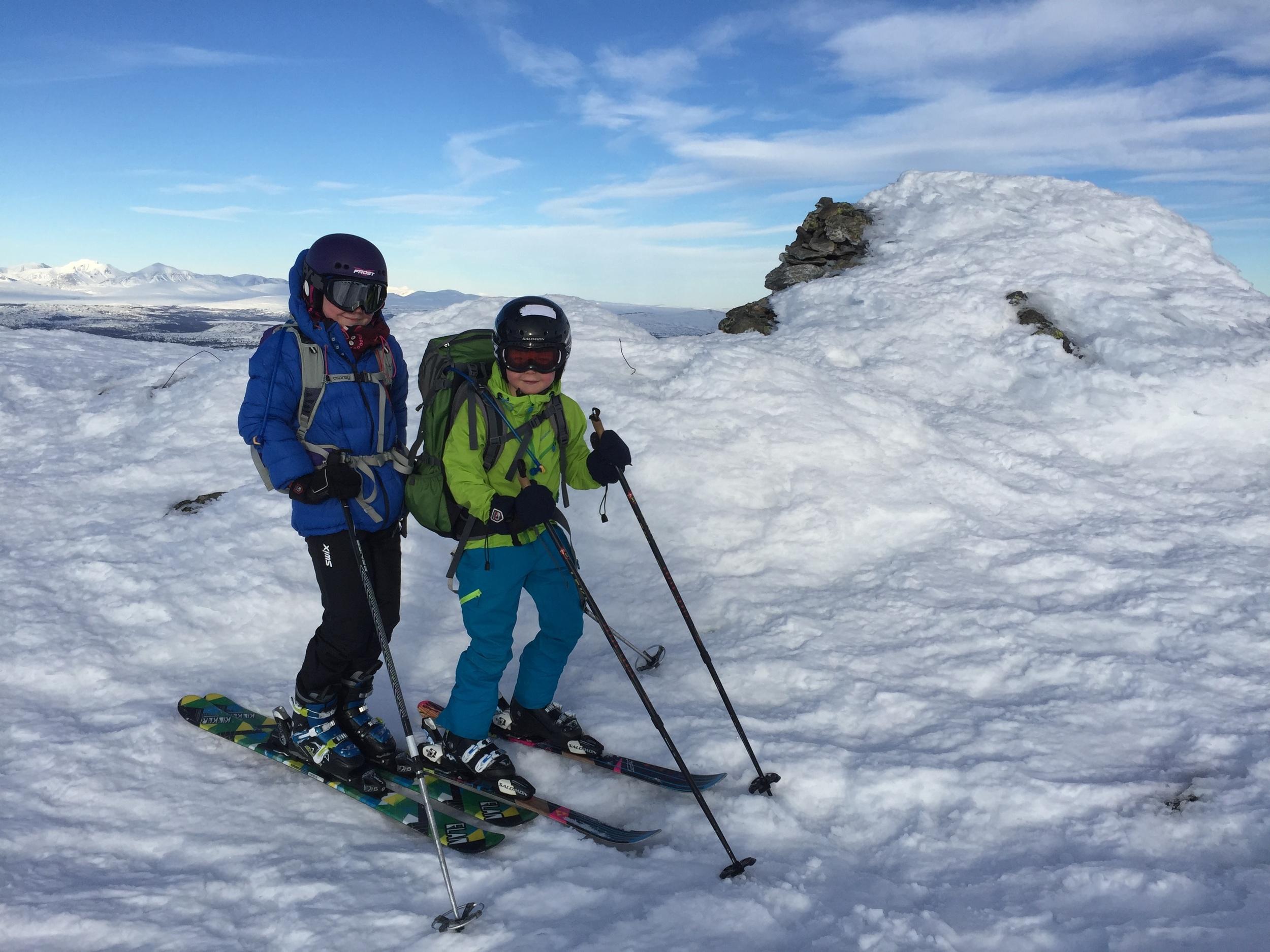 Toppen av Saukampen, og Frøy og Ask har byttet ski