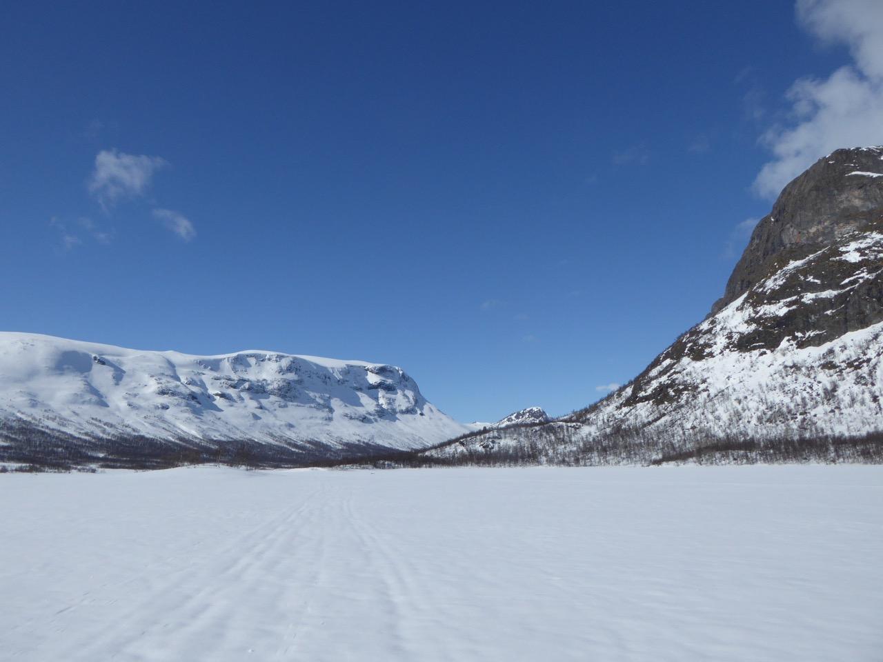 På vei ut av dalen, Sikkilsdalshøa til høyre