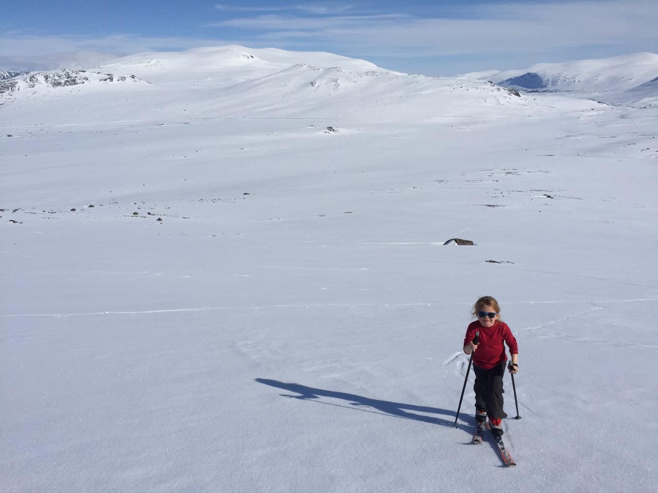 Liv på vei opp med Heimdalshø i bakgrunnen