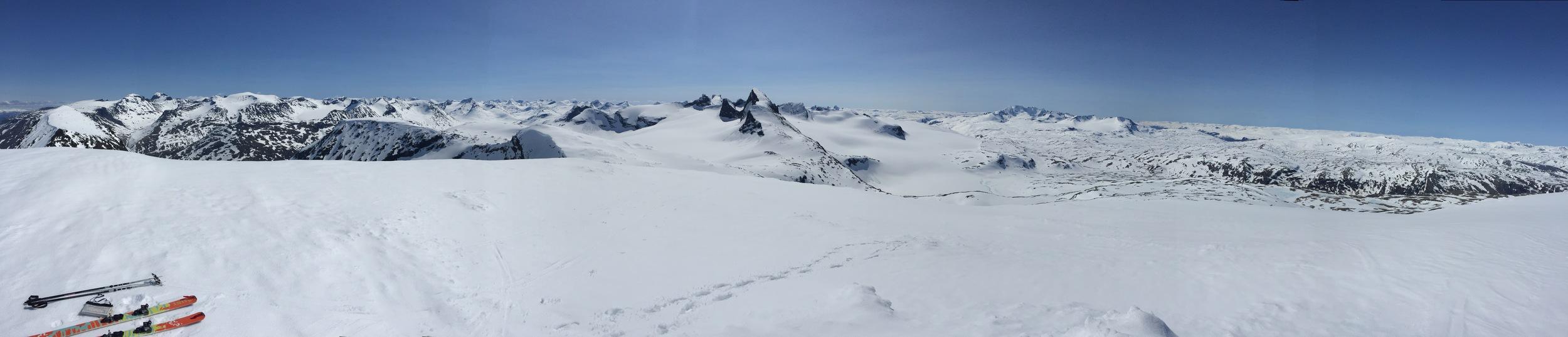 Utsikten fra toppen av Veslbreatinden:Galdhøpiggen, Leirdalen og Kyrkja, Smørstabbtindene, Horrungane og Fanaråken
