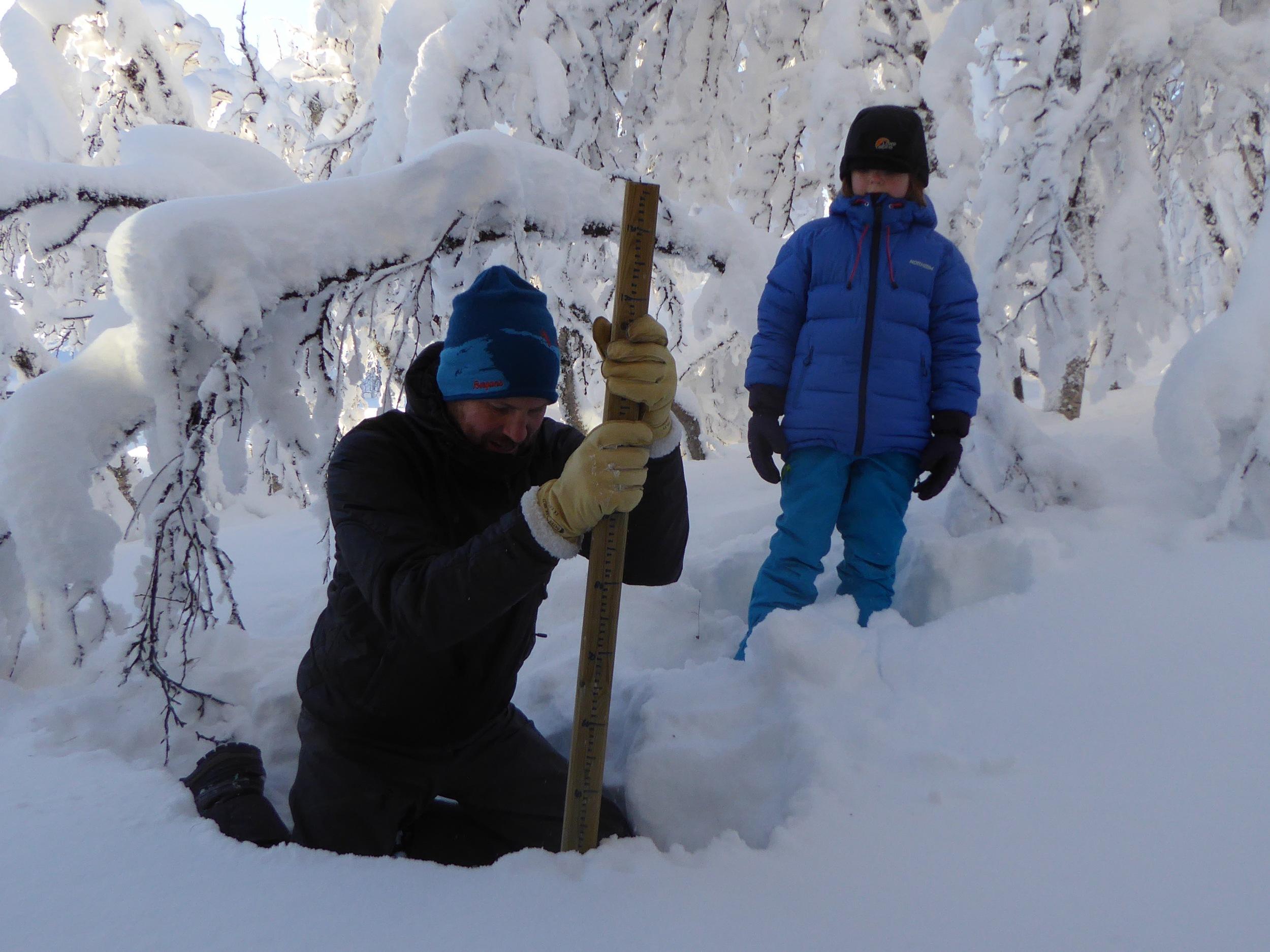 Vi setter opp snømåler ved hytta