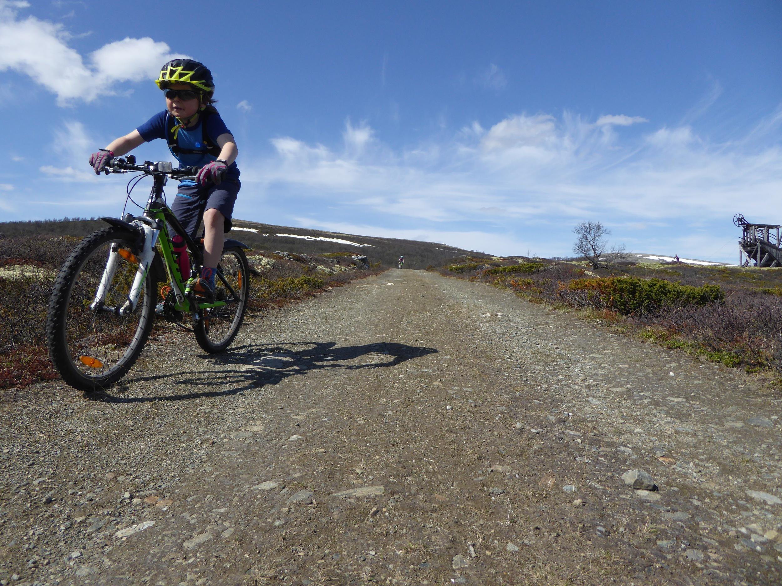 I juni kommer sommeren, og vi finner frem shorts og sykler på tur i Grimsdalen