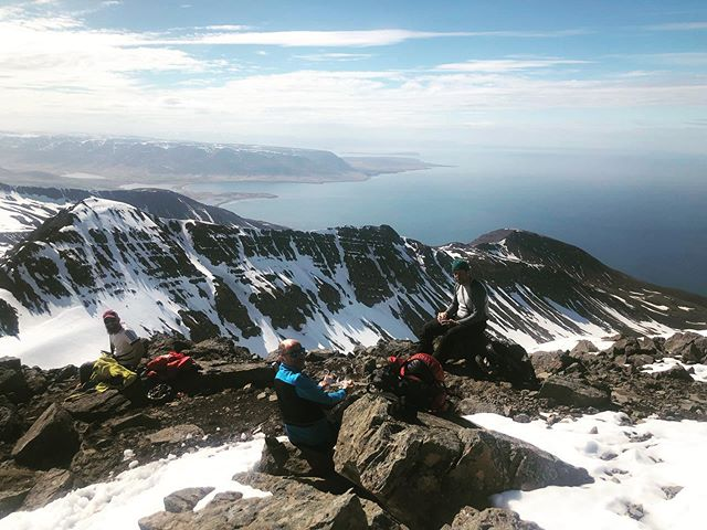 Lunchspot located!  #iceland #skitouring #skiing #mountainguides #heliskiing #heliski #heliskiiceland #skitothesea #beachlanding #lovethisview #volkl #heliaustria  @arcticheliskiing #wheniniceland