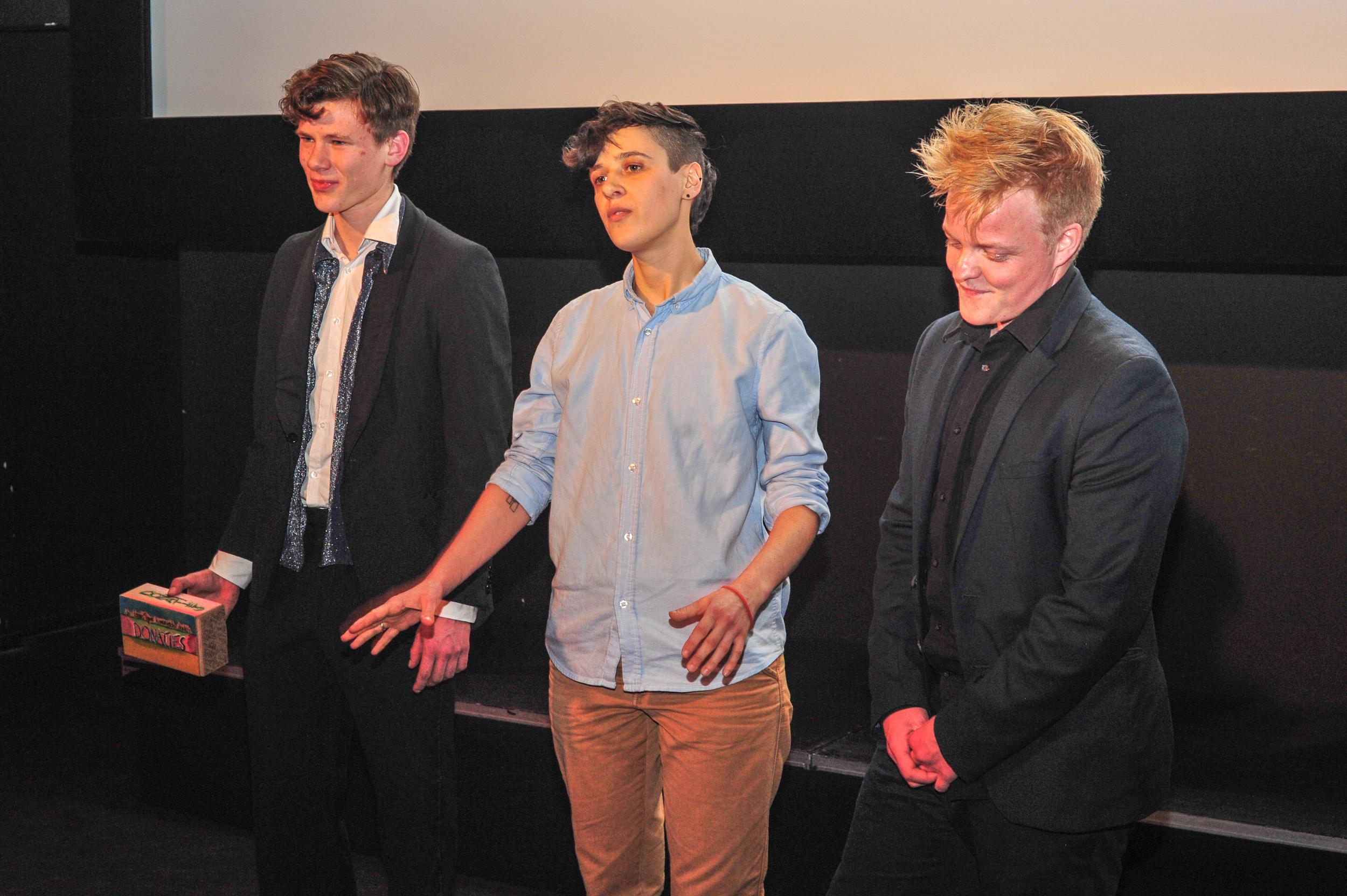 Chris, Jonah en Bart voor de viewing.