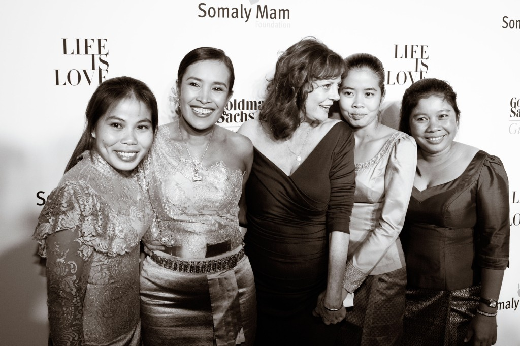 Somaly Mam and Susan Sarandon with the leaders of the SMF's Voices for Change ©Alexa Pham