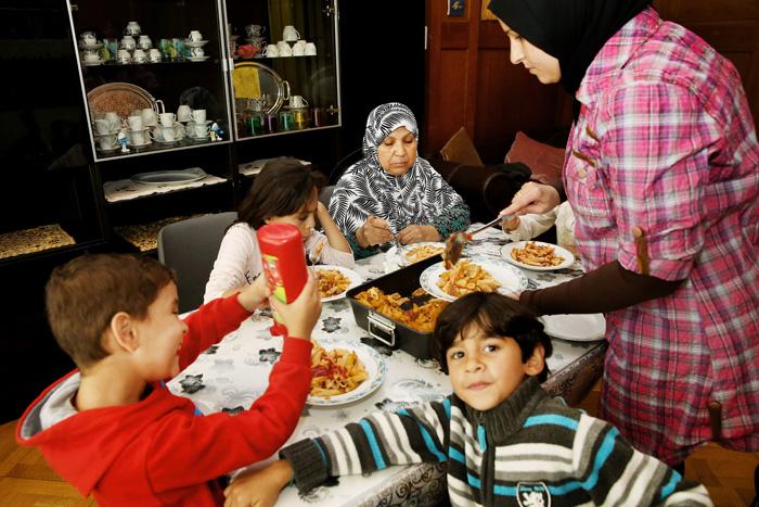 Pose de midi, les mères ont préparés le repas pour tout les enfants.
