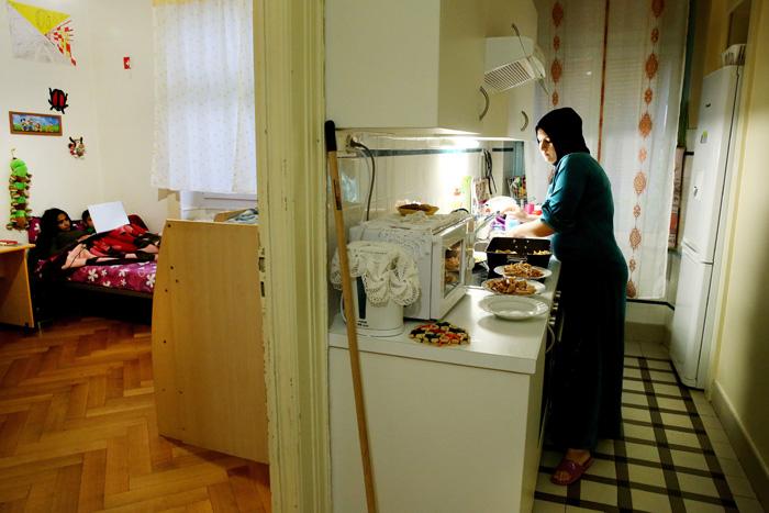 Préparation du repas du soir et moment de détente pour les enfants.