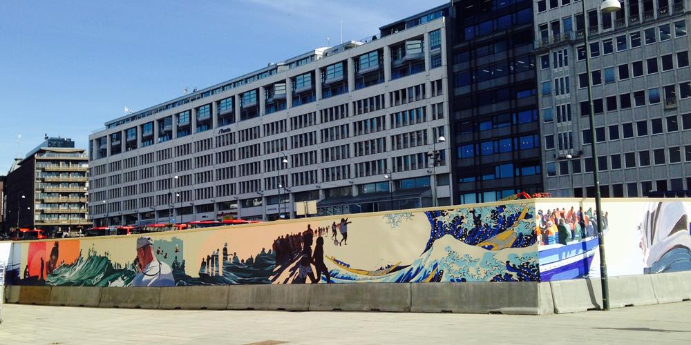 Mare Nostrum - malt direkte på et seksti meter langt byggegjerde utenfor Nobels Fredssenter i 2015. Prosjektet er kuratert og produsert av Kulturbyrået Mesén for Nobels Fredssenter.  Les mer.
